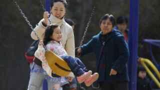 China abandona su política de un solo hijo.