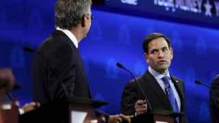 Un momento del intercambio entre Jeb Bush, de espaldas, y Marco Rubio.