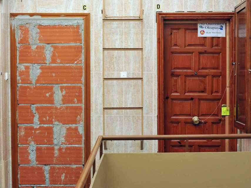 Una puerta tapiada para evitar asaltos.