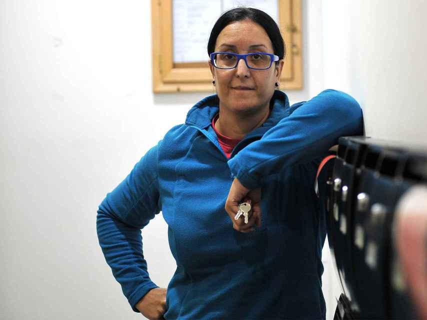Sandra Rodríguez en el edificio donde vive.
