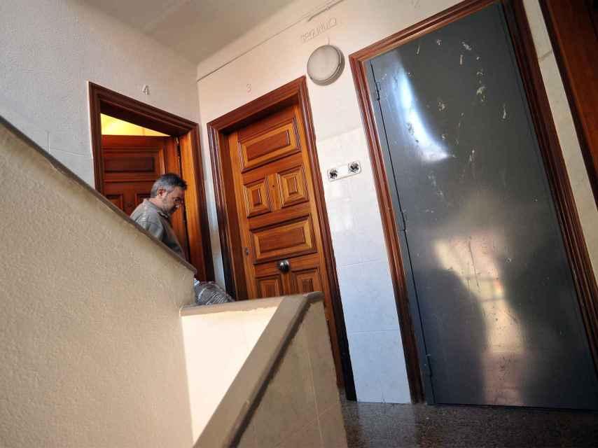 Una puerta de acero en una de las viviendas.