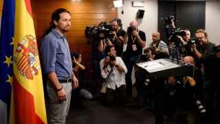 Pablo Iglesias llega a la sala de prensa de La Moncloa.