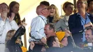 Murdoch celebra cariñosamente con Halla una jugada de su equipo durante la final de rugby