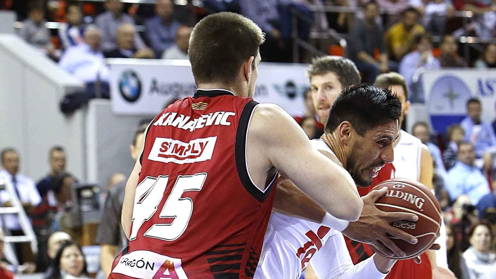 Gustavo Ayón intenta zafarse de Kanacevic durante el Real Madrid-CAI Zaragoza.