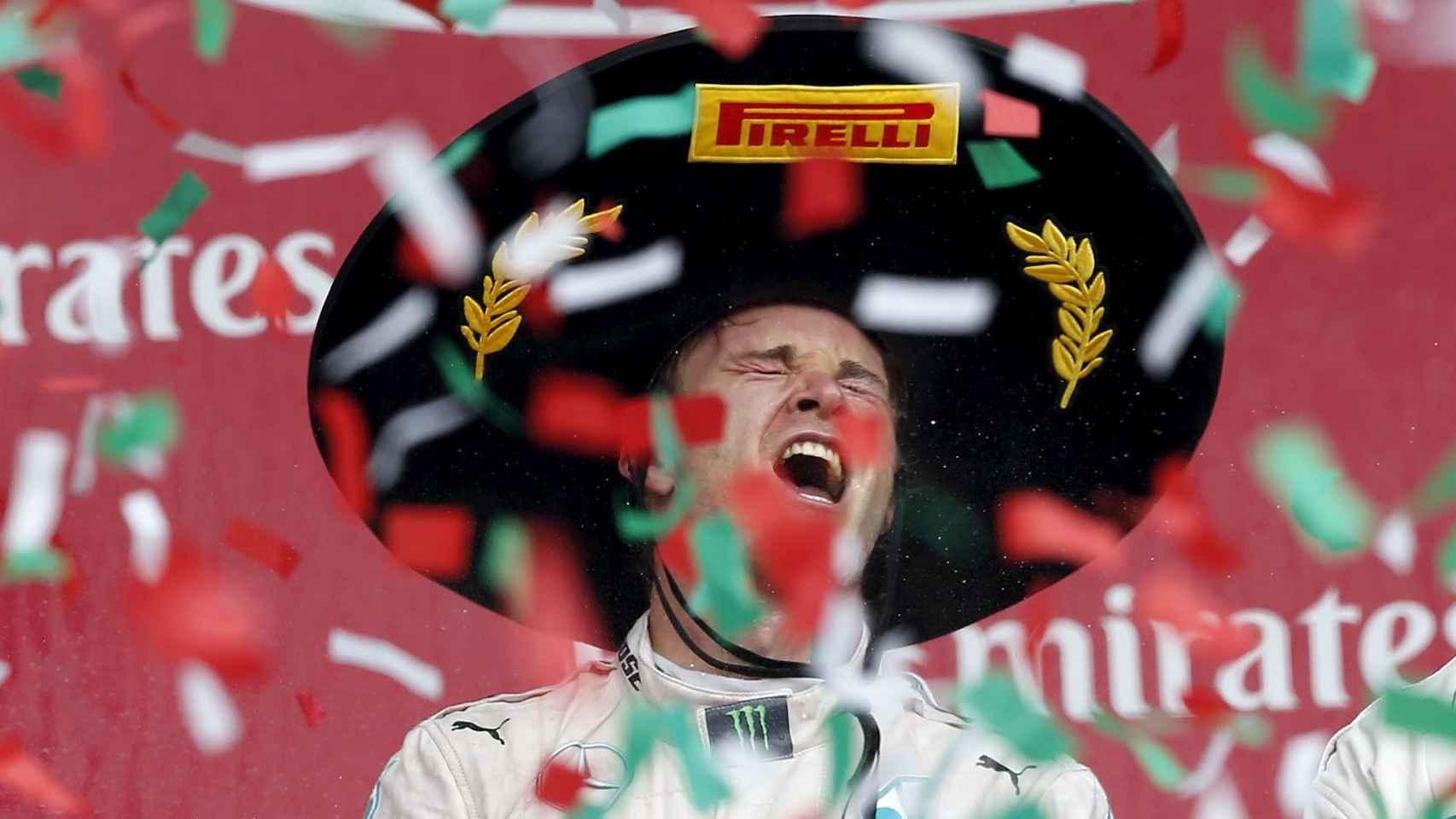Nico Rosberg celebra su victoria en el podio del Gran Premio de México de Fórmula Uno.