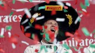 Rosberg celebra su victoria en el podio del Gran Premio de México de Fórmula Uno.