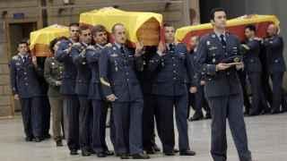 Compañeros de los militares fallecidos portan los féretros