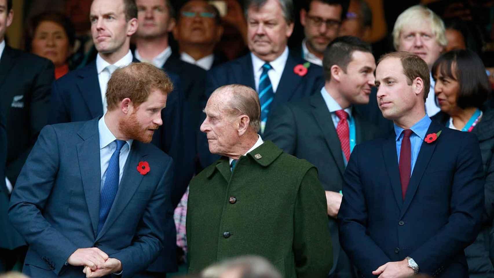 Los príncipes Harry y William con su abuelo el príncipe Philip en la final del mundo de rugby