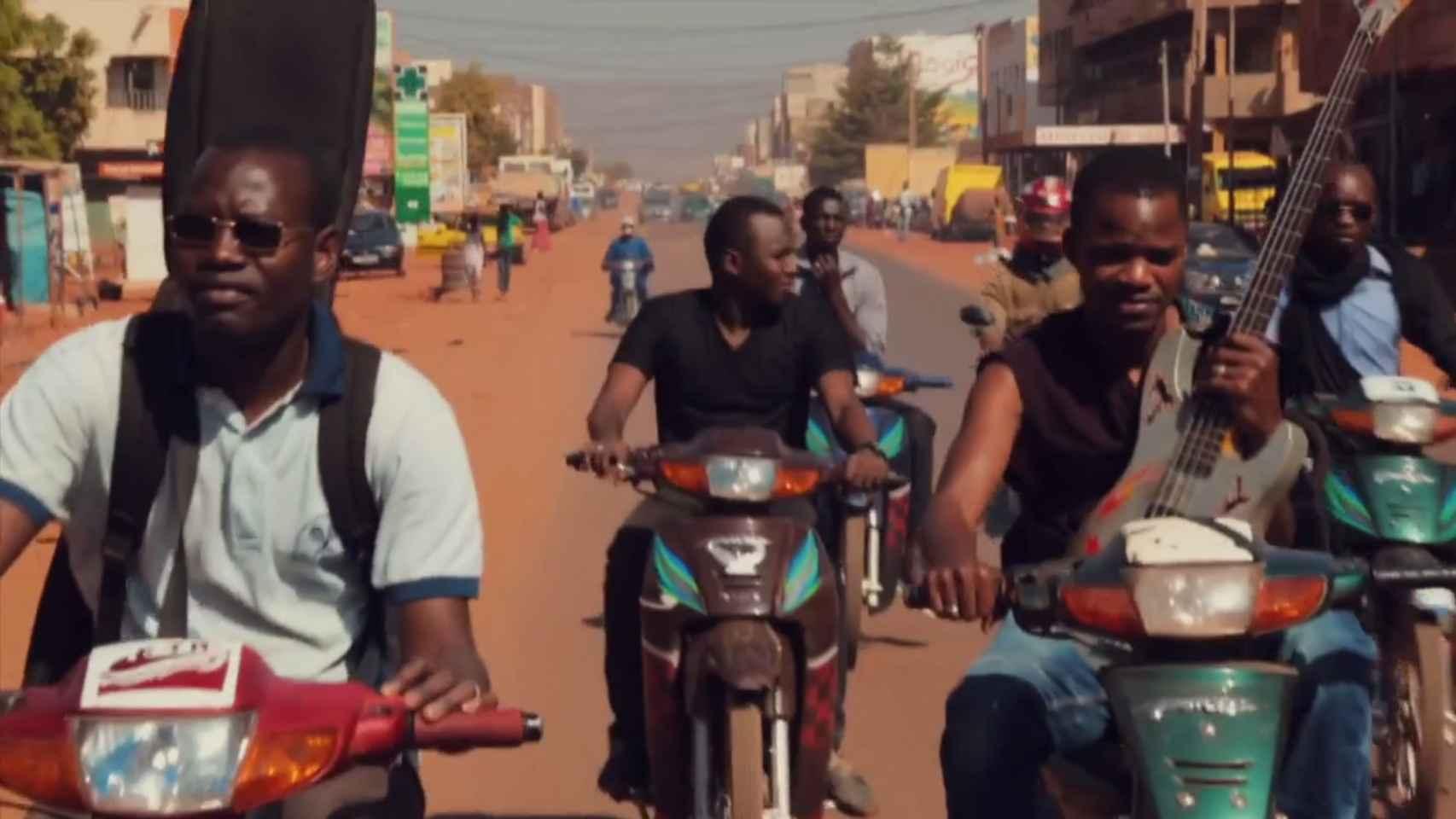 Los Songhoy Blues, en sus motos por Bamako.