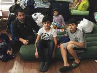 Los refugiados viven en una antigua sala de fumadores.