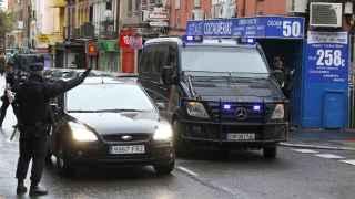 Varios efectivos de la Policía en el madrileño barrio de Vallecas donde se ha producido una de las detenciones de hoy
