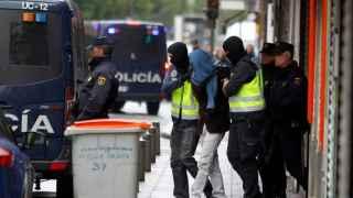 Uno de los acusados por Terrorismo en Madrid sube a un furgón policial.