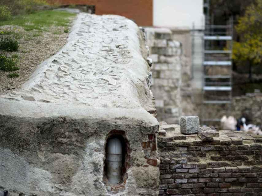 Cubierta y desagüe de la muralla después de la intervención.
