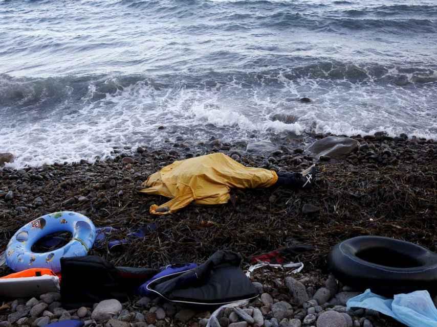 El cuerpo de uno de los refugiados muertos en Lesbos