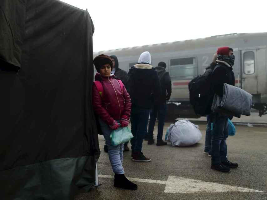 Una niña espera ser registrada en el campo de Slavonski Brod, en Croacia