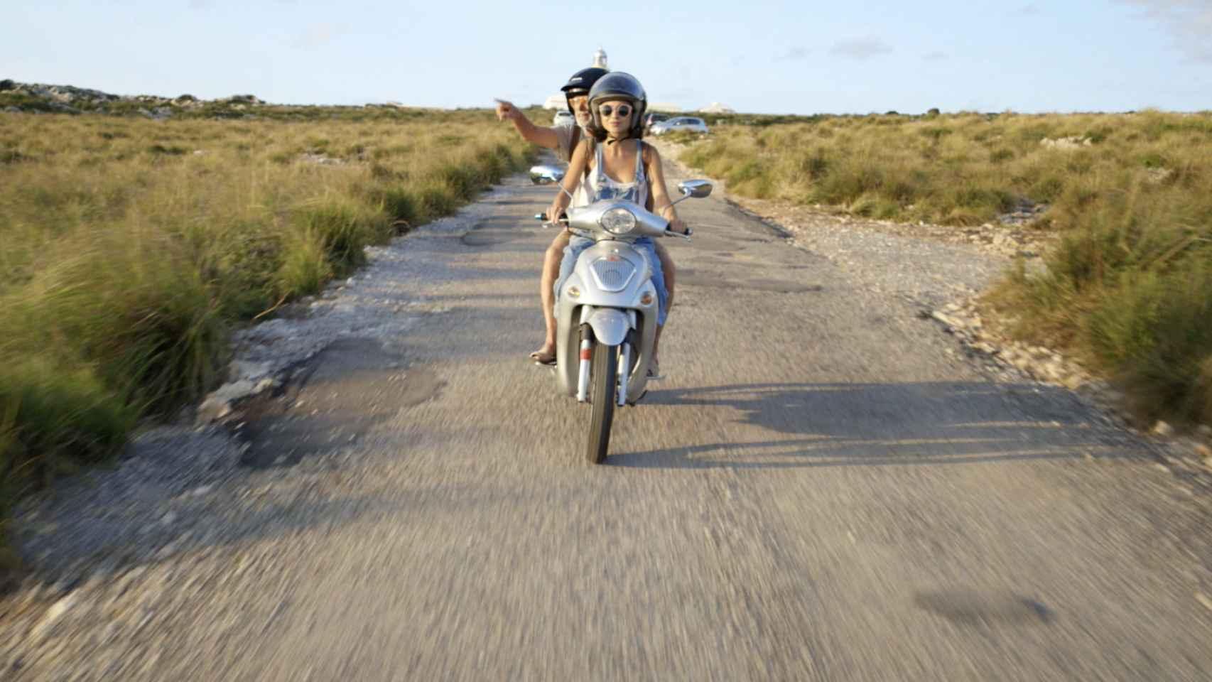 Colomo y Delcán, en moto por Menorca