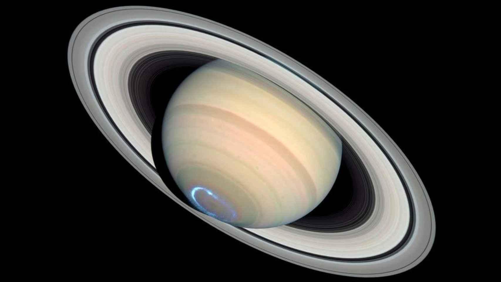 Una aurora en el polo sur de Saturno, captada por el Hubble.