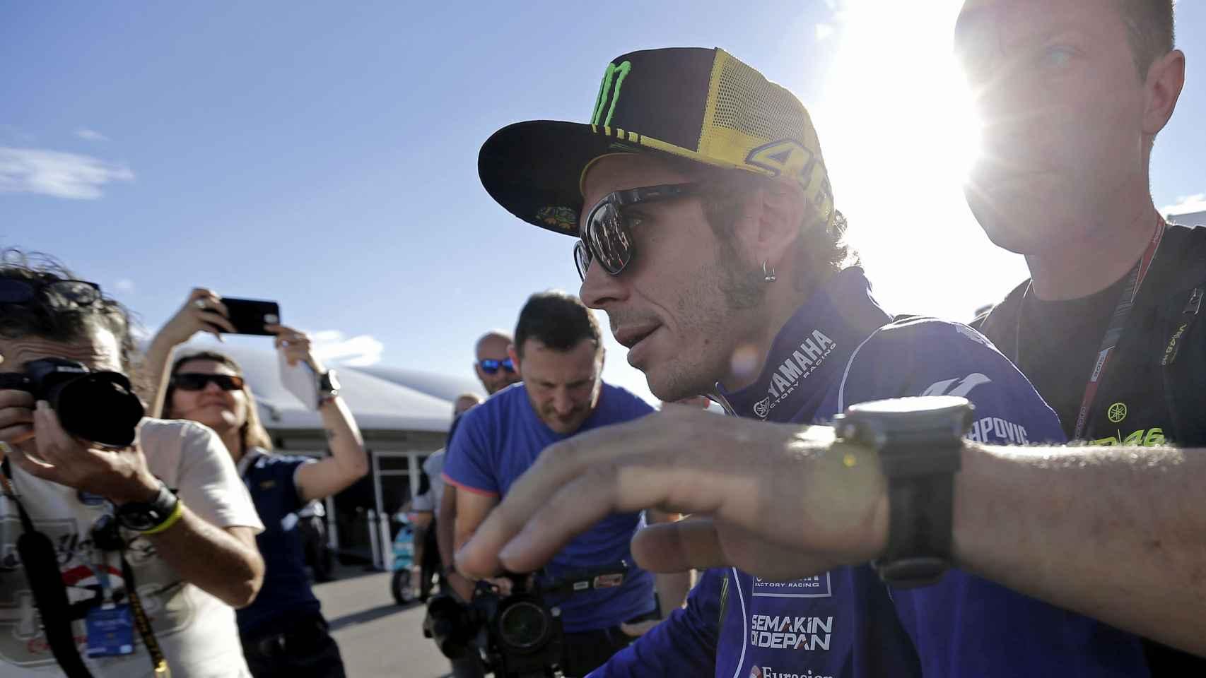 Rossi, junto a un miembro de la seguridad en el Circuito Ricardo Tormo.