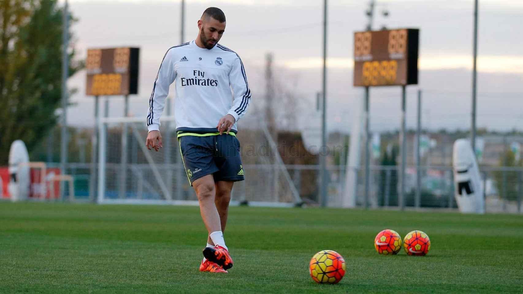 Karim Benzema entrenándose en una imagen distribuida por el Real Madrid.