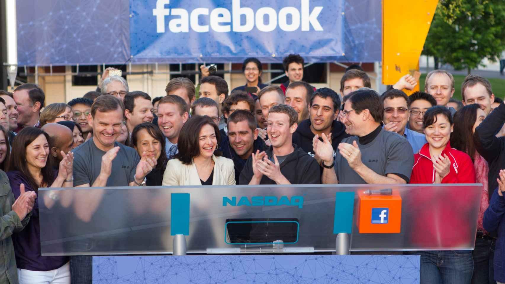Zuckerberg y Sandberg en el día del estreno bursátil.