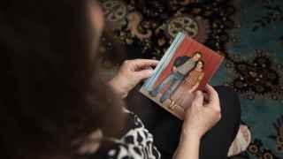 La mujer de Fa'eq al Mir sostiene fotos familiares. Lleva 2 años desaparecido.