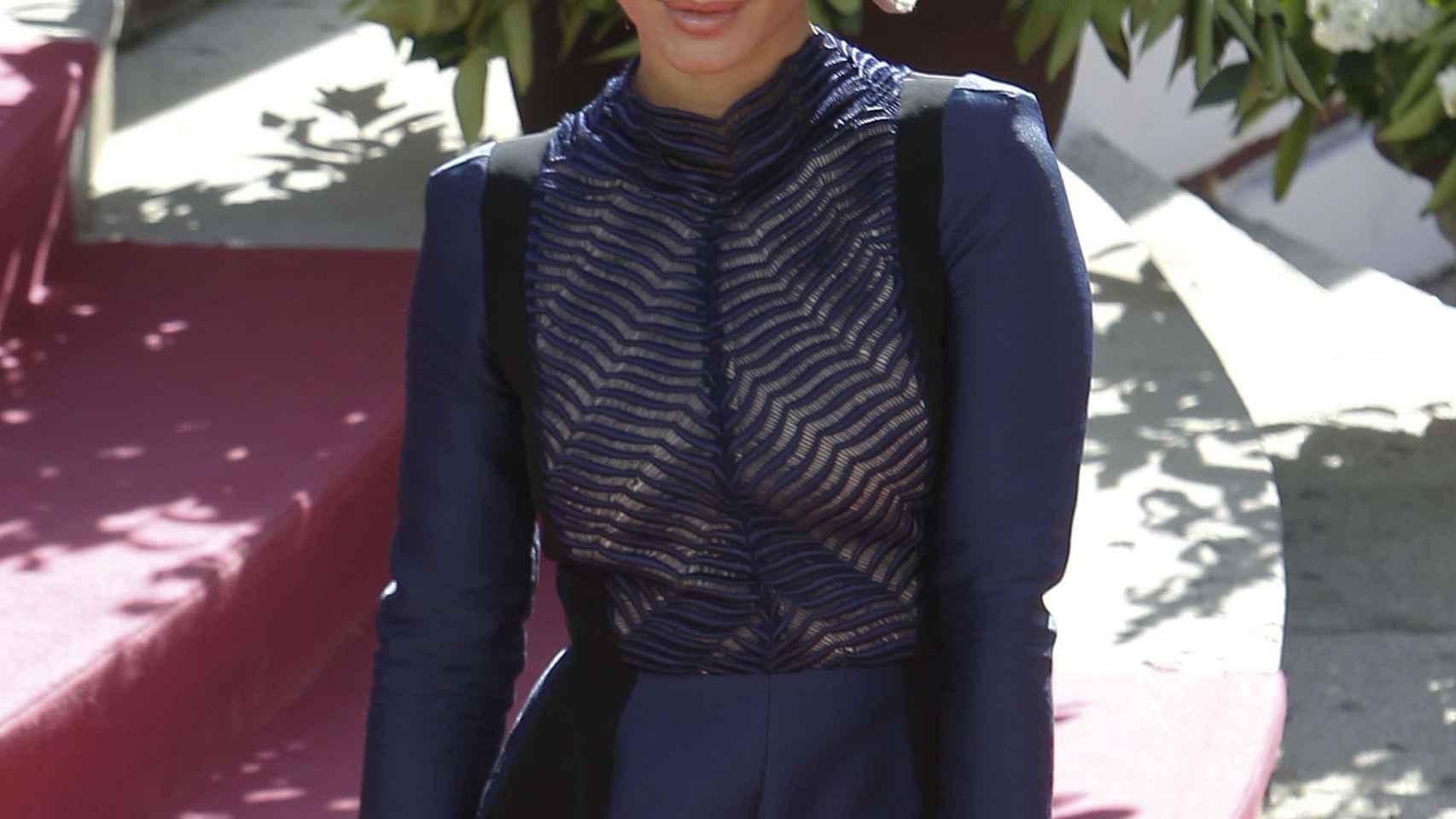 Elena Tablada con traje armado y cartera de YSL