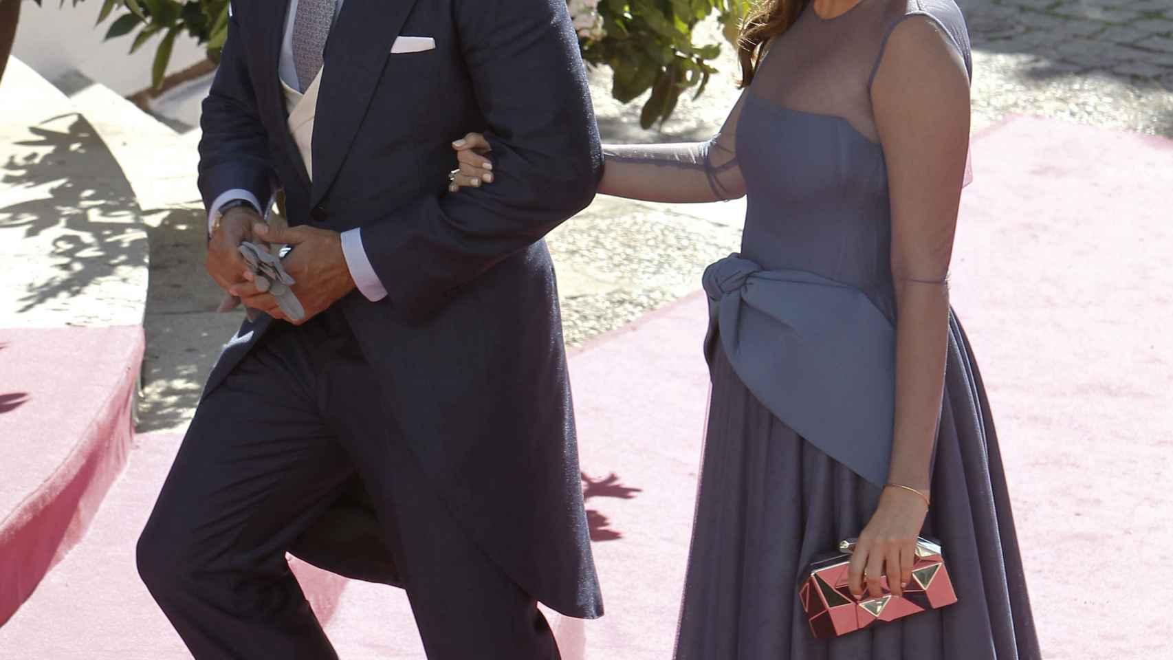 Fran Rivera y su mujer Lourdes Montes en la entrada de la iglesia