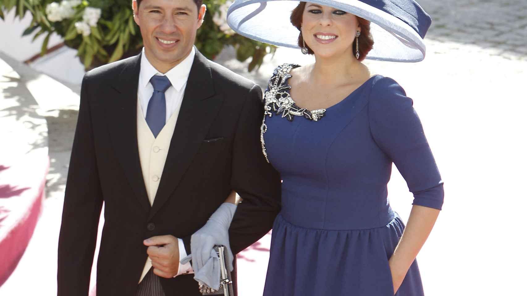 Pastora Soler con su marido de azul azafata
