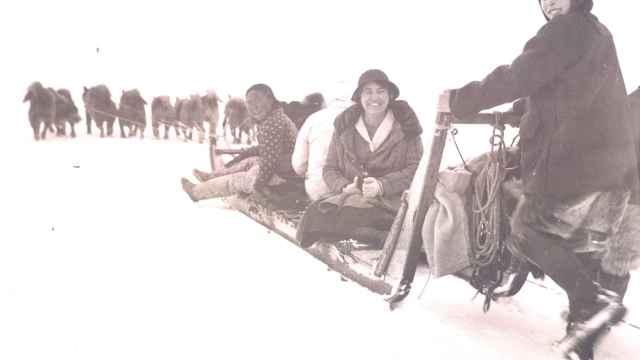 Josephine, en el centro, con su hija Marie y una inuit.