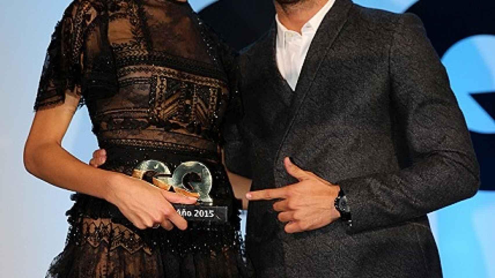 Maxi Iglesias le entregó el premio a la modelo Dalianah Arekion