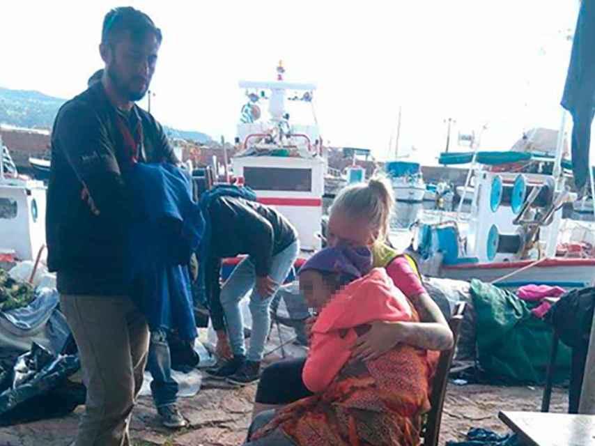 Charlotte Vestli abraza a la pequeña Najam, en el puerto de Molyvos.
