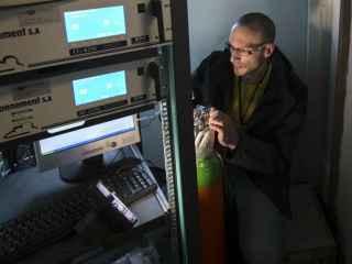 Un técnico arregla un servidor informático.