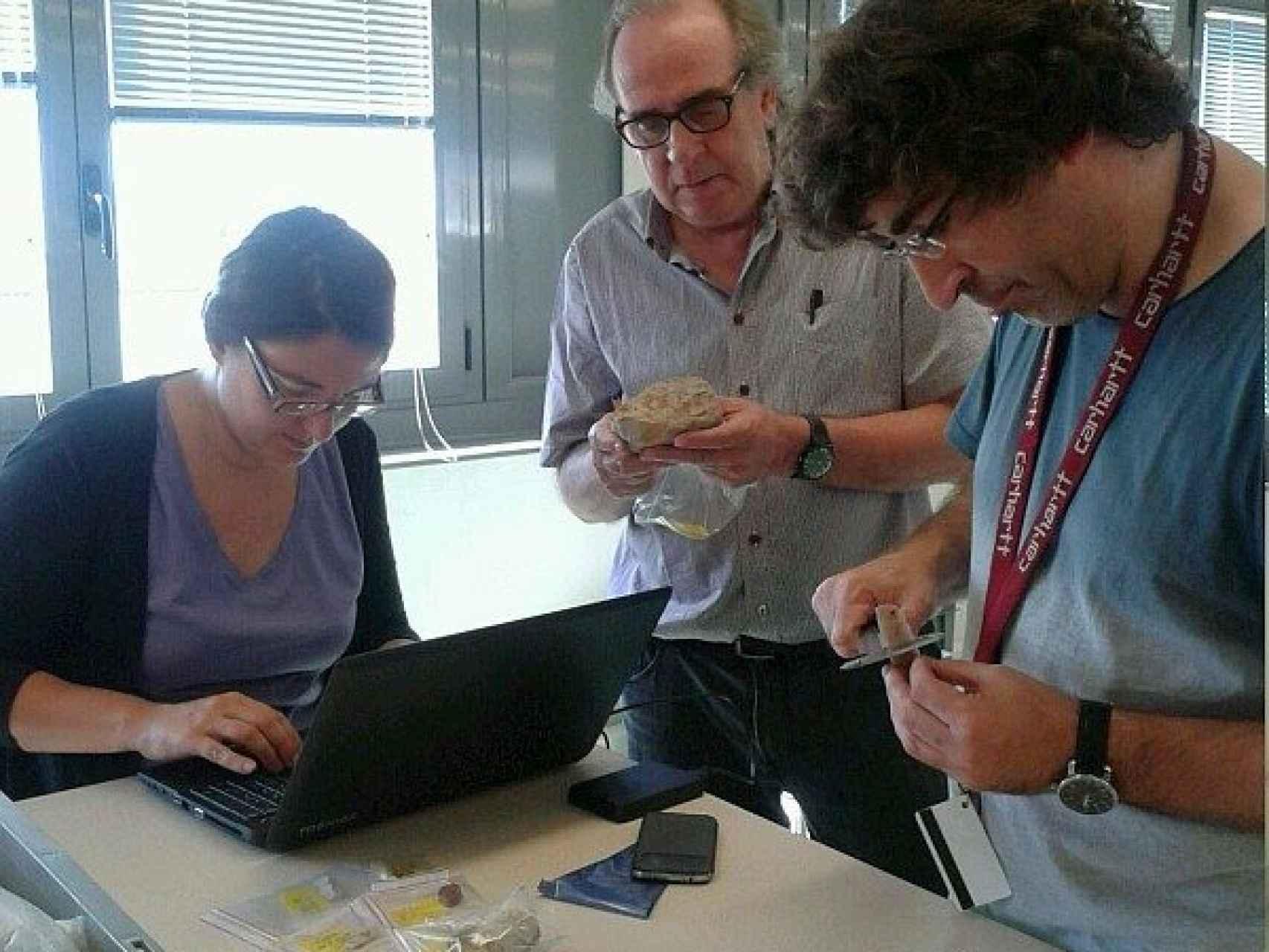 El catedrático de la UAB, Miquel Molist, junto a Anna Gómez (UAB) y Emili Revilla.