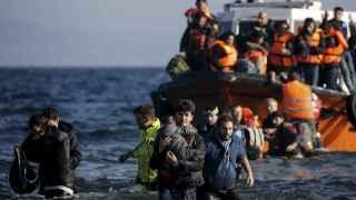 Un grupo de refugiados llega en una embarcación a la isla griega de Lesbos