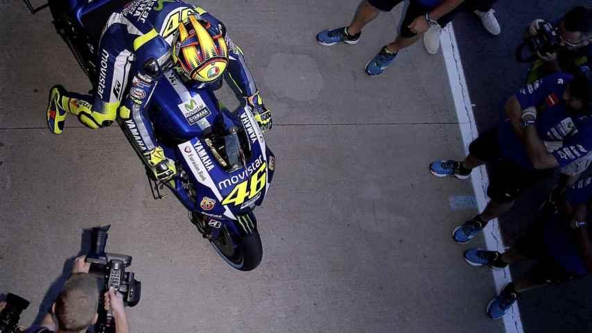 Rossi, asediado en el box del equipo Yamaha.