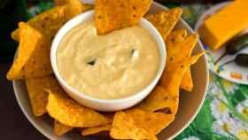 Una salsa de queso habitual para unos nachos.