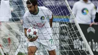 Raúl recoge el balón de las redes tras marcar el Cosmos el gol del empate.