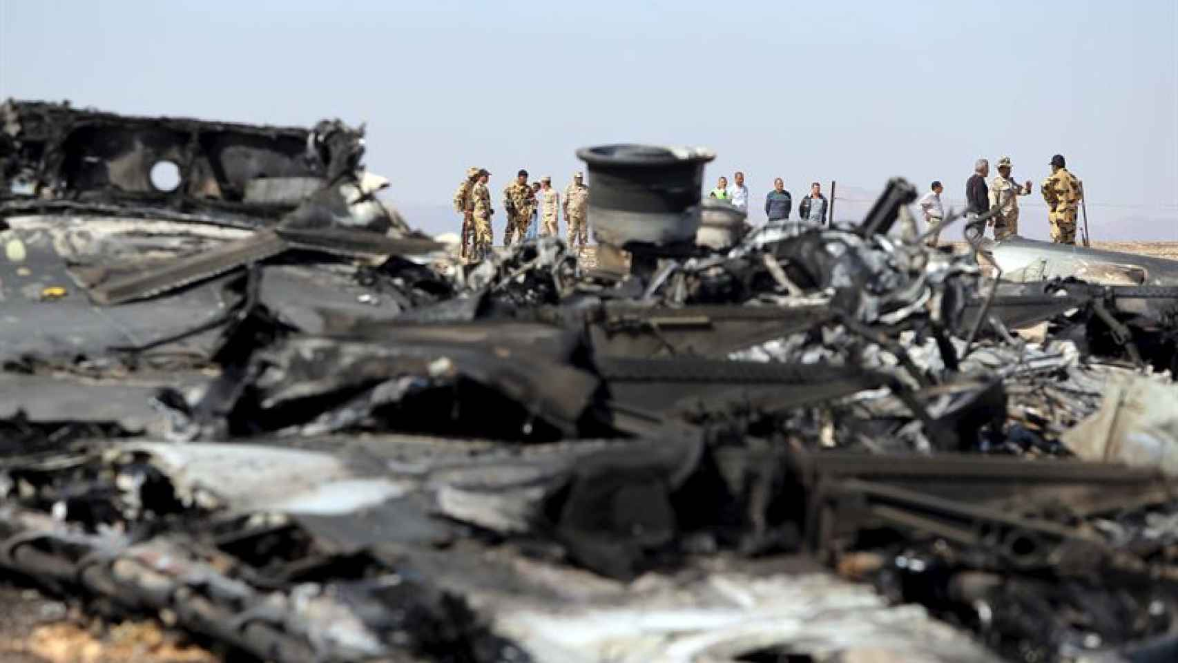 Restos del avión siniestrado en el desierto del Sinai.