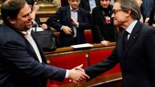 Saludo entre  Oriol Junqueras, a la izquierda, y  Artur Mas.