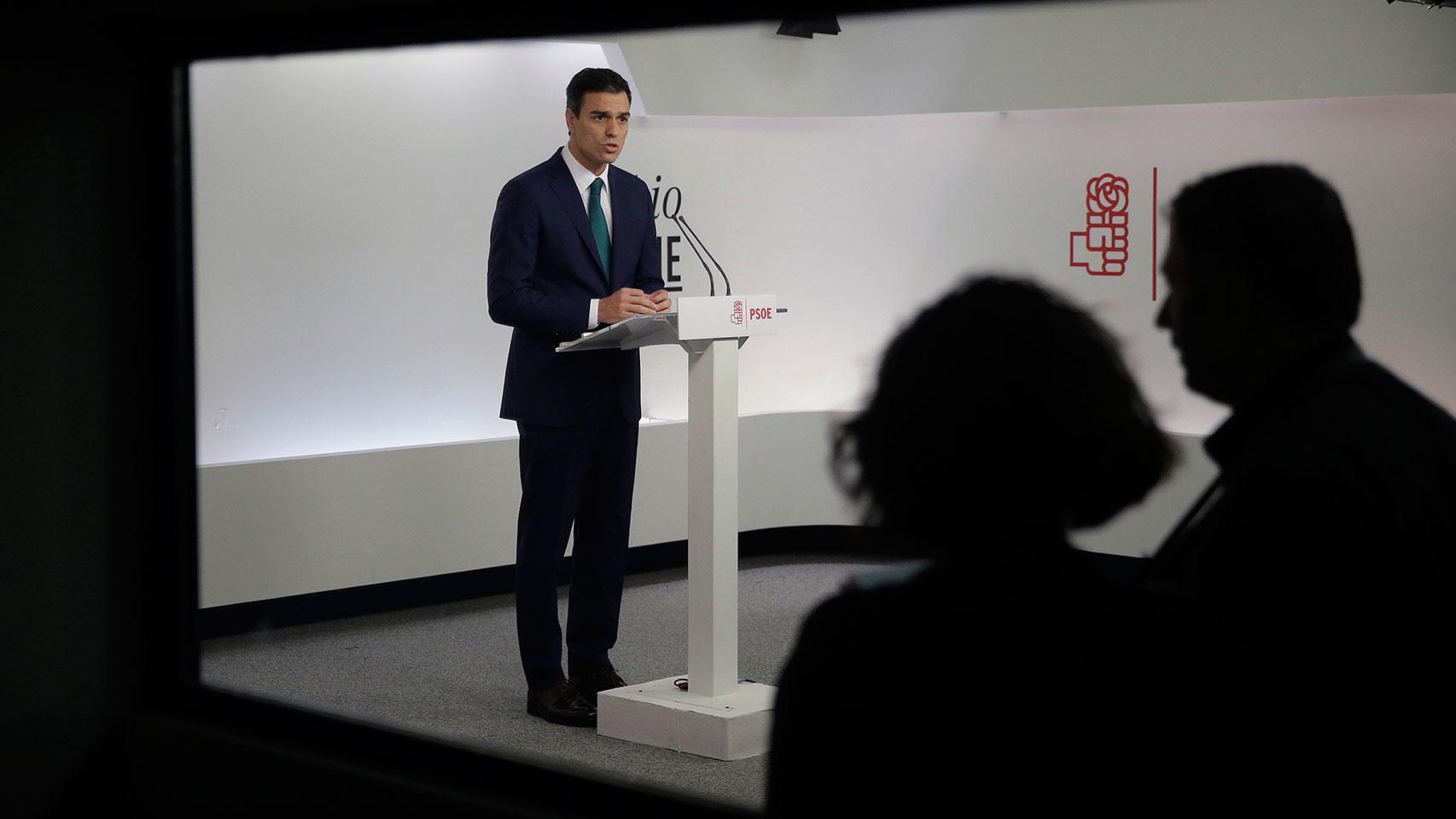 El secretario general del PSOE, Pedro Sánchez, realiza una declaración institucional.