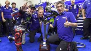 Jorge Lorenzo, junto a Lin Jarvis y Kouichi Tsuji, en el box de Yamaha en Cheste.