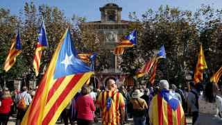 Partidarios de la independencia a las puertas del Parlament de Cataluña durante la votación de la resolución independentista