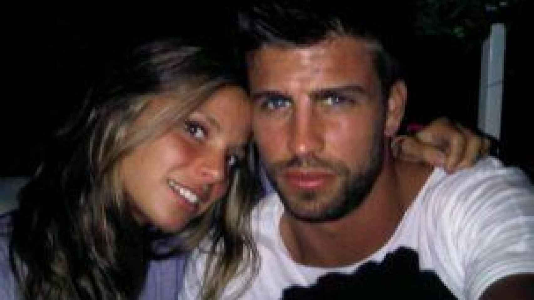 Una jovencísima Núria Tomás posa con Gerard Piqué