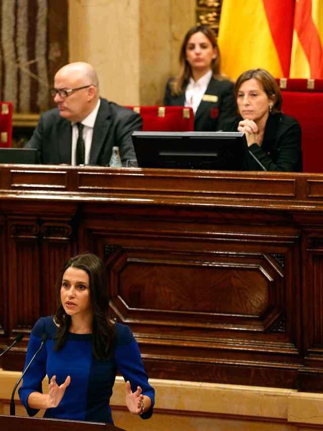 La jefa de la oposición, Inés Arrimadas, y la presidenta del Parlament, Carme Forcadell.