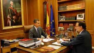 El rey Felipe y Mariano Rajoy, durante el despacho.