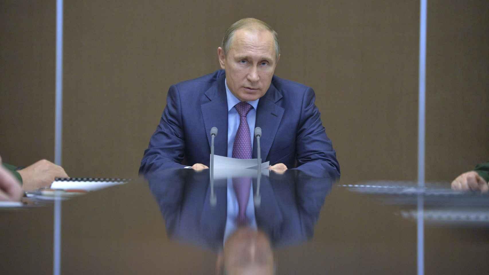 Putin durante una reunión, este martes, con mandos militares.