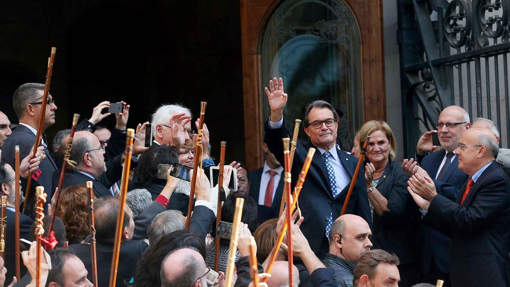 Alcaldes catalanes arropan a Artur Mas en su declaración como imputado ante el TSJC