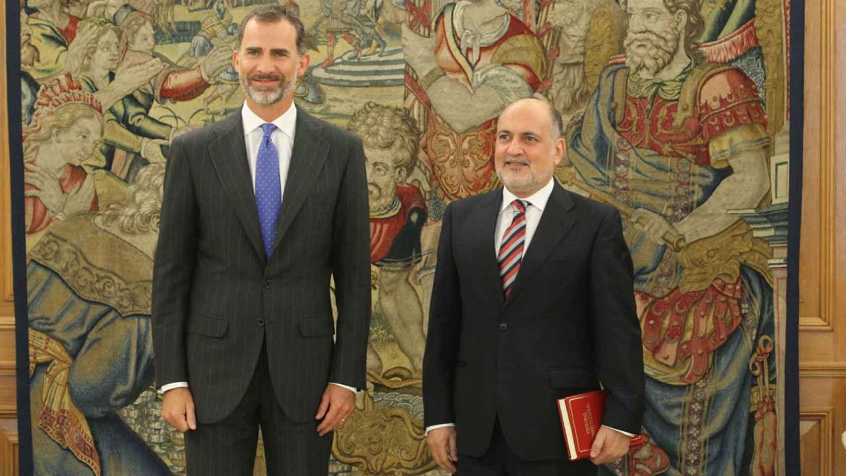 El presidente del TC, Pérez de los Cobos, junto al Rey en un acto