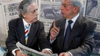 Mario Vargas Llosa conversa con el periodista Miguel Ángel Aguilar en una imagen de 2011
