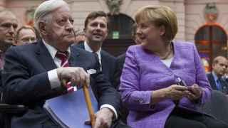 Helmut Schmidt en un acto con Angela Merkel en 2012.